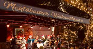 Bläserklasse spielt auf Weihnachtsmarkt